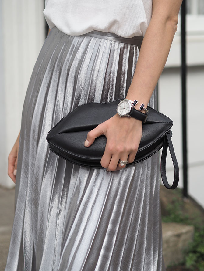 metallic-pleated-midi-skirt-lips-bag-unode50-bracelet