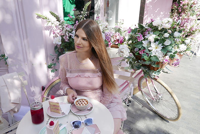 most-intsgrammable-place-in-london-peggy-porschen-cakes-4
